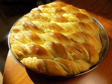 Усукан тутманик с масло и сирене – Рецепти