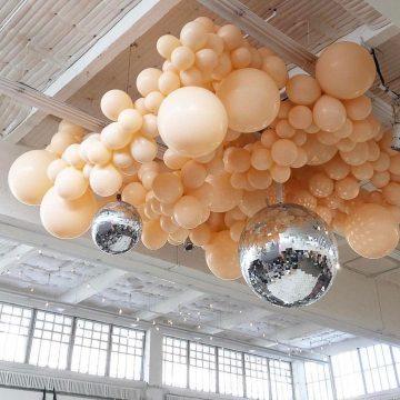 Как се прави органична арка от балони, гирлянд и стена от балони