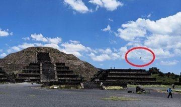 Снимана е скала, летяща във въздуха над пирамида в Теотиуакан