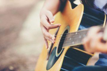 Как да започнете да се учите да свирите на китара, без да се обезсърчите в началото?